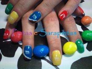 Gel sobre unha natural com cores diversas e nail art a imitar m&m's