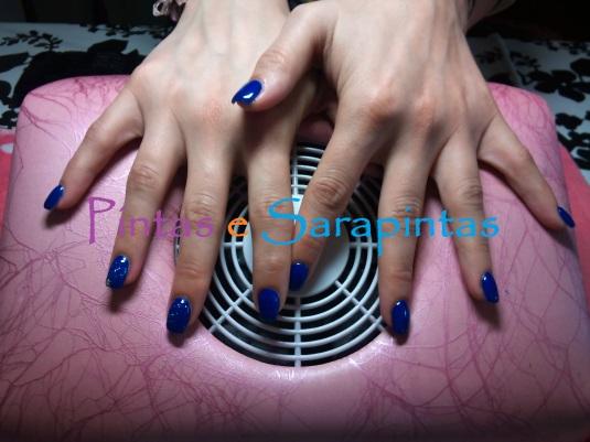 Gel sobre unha natural com cor azul e piercing