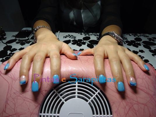Gel sobre unha natural com cor azul e nail art